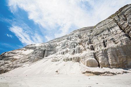 むき出しの真っ白な岩肌、白ママ断崖