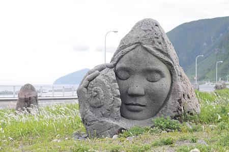 モヤイ像は新島観光協会元会長の大後友市さん(故人)が発案した