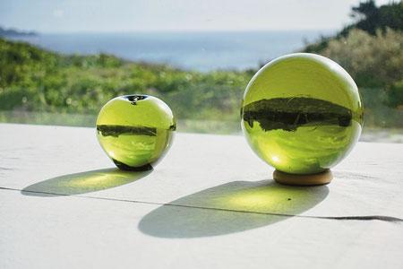 島の自然に溶け込む素朴な色合いの新島ガラス