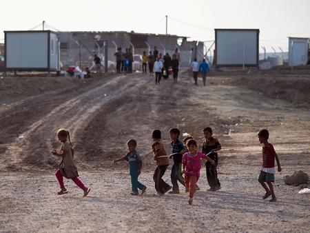 暑さがようやく和らぐ夕方、屋外で遊び始める避難民キャンプの子どもたち
