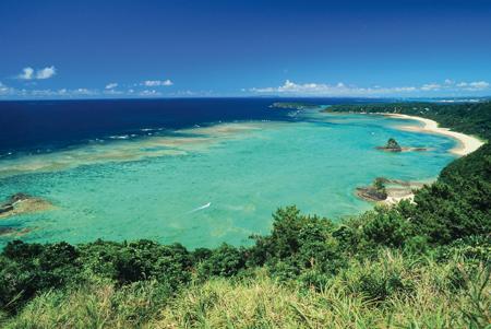 沖縄県名護市のサンゴ礁の海。右奥にキャンプ・シュワブを望む