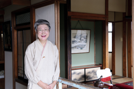 「高半」に展示されている「かすみの間」と女将の高橋さん