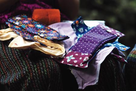 プラン・インターナショナルの活動で、女の子たちに配られた生理用キット。手に取りやすいようデザインや色使いもかわいらしいものになっている