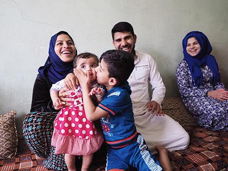 故郷に帰ったムナさん(左端)とロアちゃん。今は長男のアフマドくんがロアちゃんの面倒を見てくれる