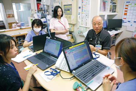 カンファレンスに臨む関口医師(右から2人目)。宇都宮協立診療所で