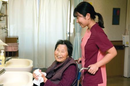 看護師2年目の大西彩季さんは「働きやすい職場です。先輩にもすぐ相談できる」と笑顔で語る