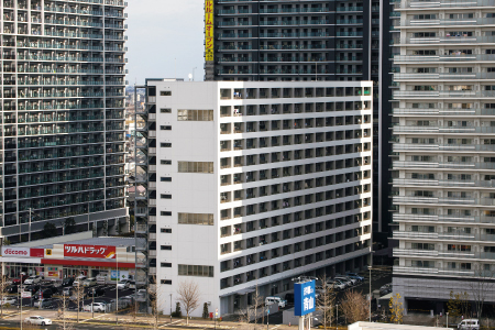 三方を高層マンションに囲まれたあすと長町市営住宅。快晴の正午に撮影したがほとんどが日陰だった=宮城県仙台市
