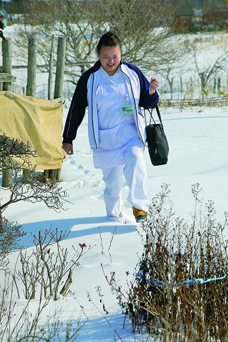 """雪の中を""""気になる患者さん""""のお宅へ向かう吉田恵美看護師"""