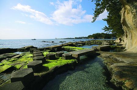 飛び石を渡りながら海岸を散策できる九十九湾