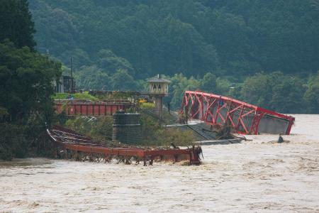 鉄橋が崩落したJR肥薩線の「第二球磨川橋梁」=熊本県球磨村渡地区 7月12日