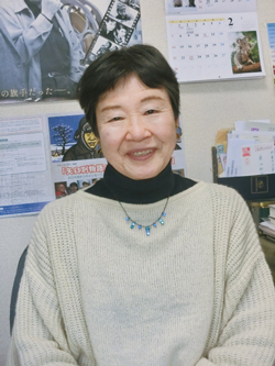 やまもと・ようこ  東京生まれ。日本映画監督協会会員。1974年に「大須事件」で監督デビュー。主な作品に「東京大空襲の記録」「軍隊をすてた国」「明日へ紡ぎつづけて」など。独立プロ名画保存会を設立し、映画「薩チャン正ちゃん 戦後民主的独立プロ奮戦記」の制作にも携わる
