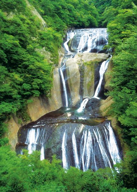 轟々と水音を立て白糸のように流れ落ちる「袋田の滝」(大子町提供)