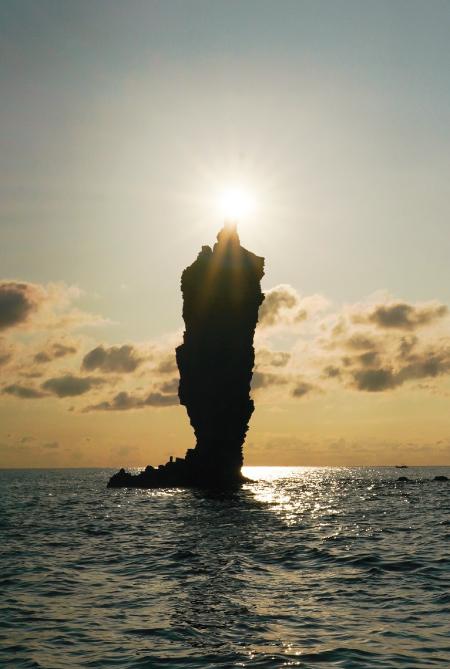 ローソク島に夕日が灯る奇跡の瞬間は、海上からしか見ることができない