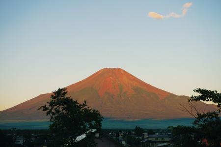 朝日に照らされて赤く染まる「赤富士」(忍野村観光協会提供)